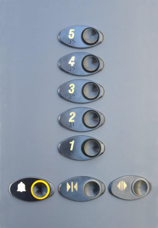Aufzugstableau mit zusätzlicher Beschriftung in Brailleschrift © epitavi, fotolia.com