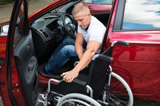 Rollstuhlfahrer steigt in Pkw © Andrey Popov, fotolia.com