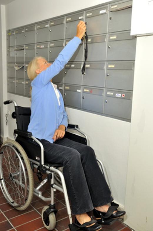 Briefkasten zu hoch für Rollstuhlfahrer © britta60, fotolia.com