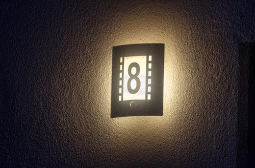 Beleuchtete Hausnummer erleichtert Orientierung © JFsPic, fotolia.com