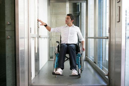 Rollstuhlfahrer im Aufzug © Agence DER, fotolia.com