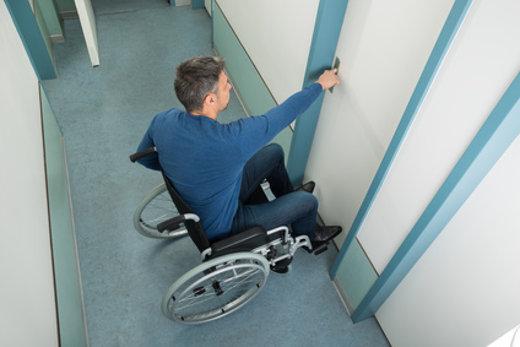 Türgriff aus dem Rollstuhl erreichbar © Andrey Popov, fotolia.com