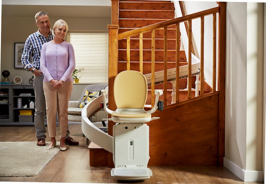 Treppenlift für kurvige Treppen © Acorn Treppenlifte