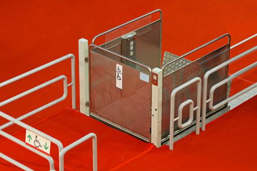 Vertikaler Plattformlift © Markobe, fotolia.com